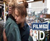 Und Morgen Die Ganze Welt Trailer Deutsch German (OT: Und morgen die ganze Welt)<br/>▶ Abonniere uns! https://www.film.tv/go/abo<br/>Kinostart: 29.10.2020<br/>Alle Infos: https://www.film.tv/go/52193<br/><br/>Like uns auf Facebook: https://www.facebook.com/film.tv<br/>Folge uns auf Twitter: https://twitter.com/filmpunkttv1<br/>Abonniere uns bei Instagram: https://www.instagram.com/film.tv<br/>Nichts mehr verpassen mit unserem kostenlosen Messenger Abo: https://www.film.tv/go/34118<br/>Ganzer Film bei Amazon: https://www.amazon.de/gp/search?ie=UTF8&keywords=Und+Morgen+Die+Ganze+Welt+Trailer&tag=filmtvde-21&index=blended&linkCode=ur2&camp=1638&creative=6742<br/><br/>Deutscher Beitrag zur Oscar-Verleihung: Die 20-jährige Luisa studiert Jura und will, dass sich etwas verändert in Deutschland. Neue Kontakte im Widerstand fördern ihr Denken. Trailer zum Kino-Drama Und Morgen Die Ganze Welt.Inhalt: Luisa (Mala Emde) ist 20 Jahre alt, stammt aus gutem Haus, studiert Jura im ersten Semester. Und sie will, dass sich etwas verändert in Deutschland. Alarmiert vom Rechtsruck im Land und der zunehmenden Beliebtheit populistischer Parteien, tut sie sich mit ihren Freunden zusammen, um sich klar gegen die Faschos zu positionieren. Schnell findet sie Anschluss beim charismatischen Alfa (Noah Saavedra) und dessen bestem Freund Lenor (Tonio Schneider). Für die beiden ist auch der Einsatz von Gewalt ein erlaubtes Mittel, um Widerstand zu leisten. Bald schon überstürzen sich die Ereignisse. Und Luisa muss entscheiden, wie weit zu gehen sie bereit ist - auch wenn das fatale Konsequenzen für sie und ihre Freunde haben könnte...Schauspieler: Mala Emde, Noah Saavedra, Luisa-Céline Gaffron, Andreas Lust